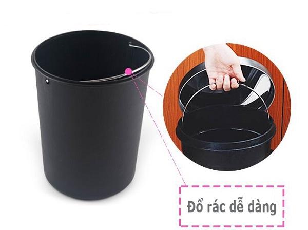 Thùng đựng rác bên trong tích hợp quai xách giúp việc đổ rác dễ dàng hơn