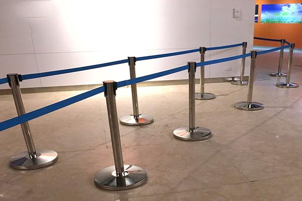 Sử dụng cột chắn để hướng dẫn lối đi cho khách tham quan triển lãm